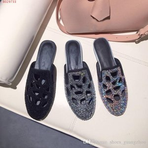 New style fashion round head flat bottom water drill comfortable baotou baotou leather rubber flat bottom slippers The hole was