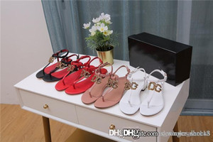 A forma das mulheres chinelos sandálias, com saltos de pérola embelezado com botões de hardware sandálias salto baixo