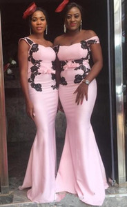 2020 New African Pink Schulterfrei Brautjungfernkleider Meerjungfrau Lang Mit Schwarzen Spitzen Applikationen Bogen Günstige Satin Sweep Zug Hochzeitsgast Kleider