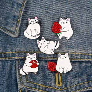 5pcs / set Drei Cat-Holding-Frucht Zwei Liegen Emaille-Brosche-Beutel-Kleidung Revers Pin-Abzeichen-Karikatur Schmuck-Geschenk für Freunde