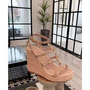 Lastest Verão Mulheres rebite Luxo Wedge Sandal, Estilista de Moda Platform Sandal Sexy Girls High Heels partido sandálias praia casuais