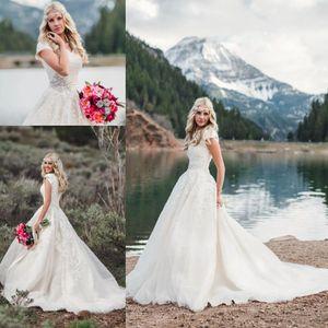 V-cou dentelle robes de mariée modestes avec manches courtes 2020 Cristal ceinture train chapelle Beach Country Bride robe de mariage de cow-girl