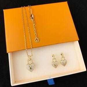 Europa Amerika Schmuck Sets Lady Frauen Messing gravierte V Initialen voller Diamant-Herz-Verschluss Gold 18K Halskette Ohrring-Sätze