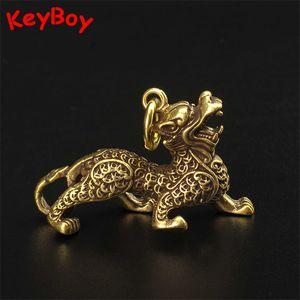 Vintage Brass Ancient Chinese animal Qilin Beast chanceux Keychain Pendentifs main Cuivre Feng Shui voiture Porte-clés Anneaux Hanging