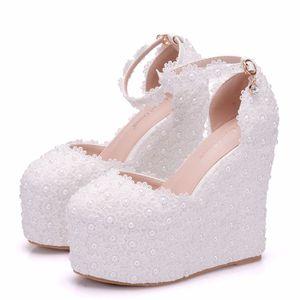 Cristal Rainha Lady Flower White Pearl Wedding Shoes Lace Salto Alto doce Bride Dress Shoes Beading Mulheres sandálias de cunha Sapatos