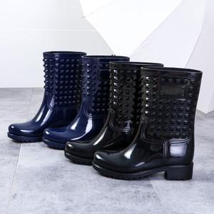 непромокаемую обувь Женские сапоги дождь блестящие пинетки высокого Qulity ПВХ Mid-теленок Bootie Заклепка Водонепроницаемая обувь Обувь Zapatos Mujer