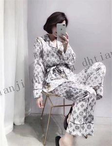2020 Qualitäts-neuer Lovers Pyjamas Männer und Frauen Art Langarm Nachthemd Imitation Silk Pyjama Set Startseite Unisex Pyjama