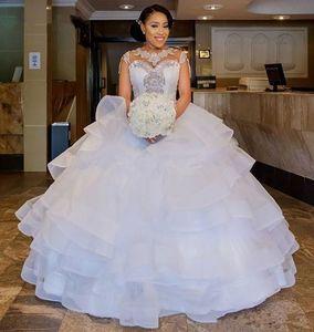 놀라운 볼 가운 웨딩 드레스 Tiered Organza 스커트 Ruffles 웨딩 드레스 채플 기차 골치 아픈 건 Neckline African Bridal Dresses