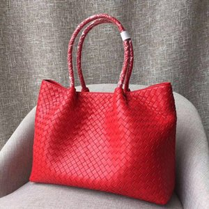 Sacola quente clássica das mulheres. Bolsa de designer, design de couro tecido à mão. Portador de linha removível. Estilo casual. Viagem de compras essencial.