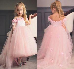 2019 New Pink Flower Girls Abiti per matrimoni al largo della spalla Tulle Satin High-Low 3D Flowers Principessa Kids Birthday Girl Pageant Gowns