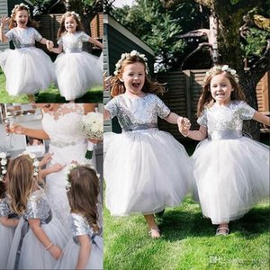 Shining Wedding Flower Girls Dresses Maniche corte Paillettes Tulle Sash Tea Lunghezza gioiello Comunione Dress Ball Girls Abiti da spettacolo