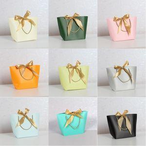 Cadeaux Sacs en papier Sac cadeau Bijoux cosmétiques Stuff Vêtements Livres Sacs d'emballage en papier kraft papier sac cadeau avec les poignées 21 * 16 * 7CM