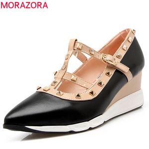 MORAZORA 2018 nueva moda dedo del pie puntiagudo bombas zapatos de mujer hebilla simple remache zapatos de vestir cuñas cómodas zapatos de tacones altos