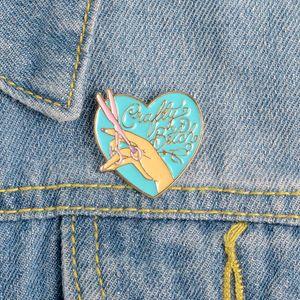 Épinglette émail Coeur Ciseaux Broches main Cartoon Badges Broches et épingles bijoux cadeau pour les femmes