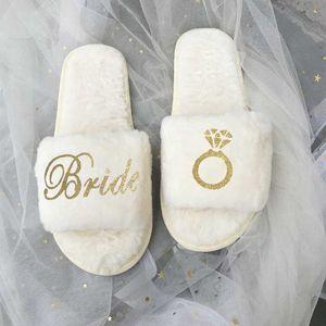 사용자 정의 산호 양털 슬리퍼 팀 신부는 결혼식 손님 슬리퍼를위한 들러리 선물 독신 암탉 파티 선물이 될 수 있습니다