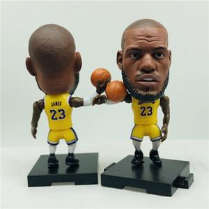 Soccerwe PVC 2,55 pulgadas Base Asamblea estrella de baloncesto de la muñeca # 23 Lebron figurines de Colecciones Amarillo púrpura del kit de cumpleaños regalo de los niños