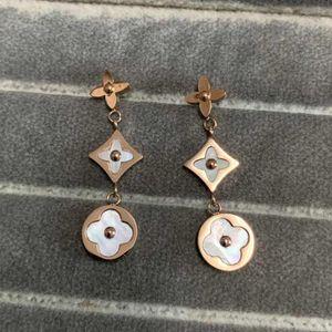 Neue Art-klassischer Entwurf Ohrring-Frauen reale Fotos Ohrring vierblättrige Blume Muster Ohrring-Bolzen Edelstahl-Schmuck Großhandel