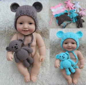 Bebé recién nacido cabritos de los sombreros de moda de almohadillas de lana hecho Babys casquillo del oído + muñeca del oso Babys juguetes de los niños Crochet Sombreros