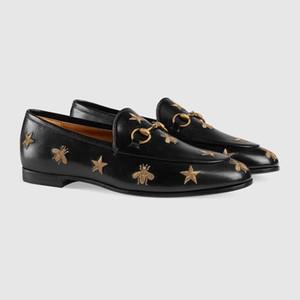 2020 Luxury Leather Loafer mit Biene Stickerei Beige Schwarz Freizeit-Kleid-Schuhe der Frauen Männer Designer-Schuhe Schuhe Hochzeit Schuh Fahren für Männer