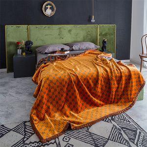 Роскошное Утолщенного Velvet Одеяло Двухсторонней печатной Проектировщик Одеяло шаль Марка кровать диван Многофункциональная Зимнее Одеяло High-End Пледы