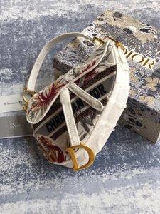 alforja de la dama clásica está hecha de un estampado floral inspirado en un jardín salvaje, con materiales y borlas de color café