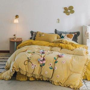 Nouveau Jaune Rose Gris Handwork Fleurs de broderie d'hiver de velours Ensemble de literie Tissu polaire Ruffle Housse de couette drap de lit Taie