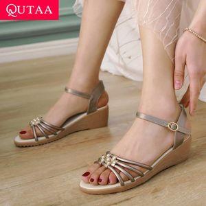 QUTAA 2020 Kadınlar Sandalet İnek Deri Kama Orta Topuk Metal Dekorasyon Toka Slingback Casual Kaymaz Bayan Ayakkabıları Size34-40