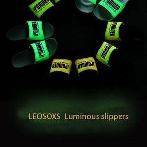 LEOSOXS светящихся тапочки Мужчины Женщины тапочки Мужчины обувь высокого качества Крытый Открытый Трусы Мужской Soft EVA