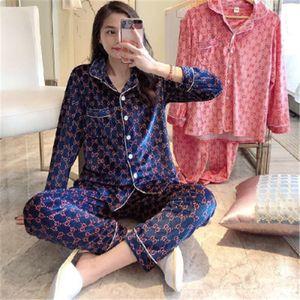 Été Automne glace soie imprimée Strawberry Letter Women Casual Pyjama femmes Accueil Vêtements de plein air à deux COMBI mode de haute qualité 2020