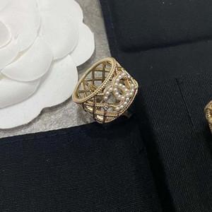 De gama alta francesa semana de la moda de lujo de Europa y América hueca de diamante celosía patrón de tejido de perlas enfrentan amplio anillo pequeña fragancia 003