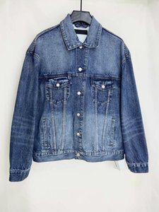 The new denim jacket without gender style is casual and comfortable