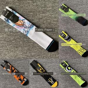 calzini del tubo del modello graffiti colorati posizione pattinare stampato bordo del tovagliolo Scheda di pallacanestro telo di fondo di basket calze