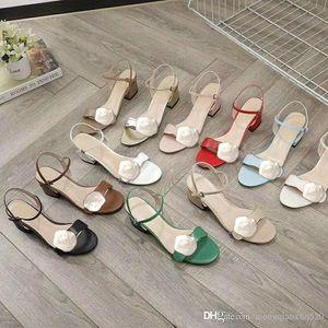 منتصف كعب الصنادل 100٪ جلد الخام كعب المرأة أحذية موضة جديدة معدن مشبك مثير الصنادل لينة الماشية إمرأة شاطئ أحذية كبيرة الحجم 41-42