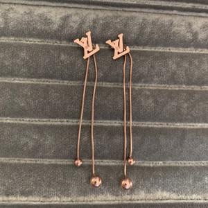 2020 fabbrica di acciaio all'ingrosso di titanio modo di alta qualità europea USA rosa lettera argento nappa penzolare orecchini pendenti in oro per le ragazze delle donne