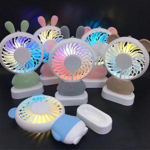 2018 새로운 디자인 Rechargeale 미니 USB 팬 캔디 컬러 토끼 곰 스타일 핸드 헬드 휴대용 팬 주도 밤 빛과 목걸이 매는 밧줄