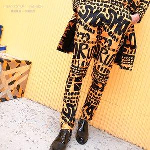 Moda Uomo Giallo Lettera floreale pantaloni della stampa del vestito di Hip Hop Nightclub fase Cantante Maschio DJ Pantaloni Cantante Stage di usura LJ200924