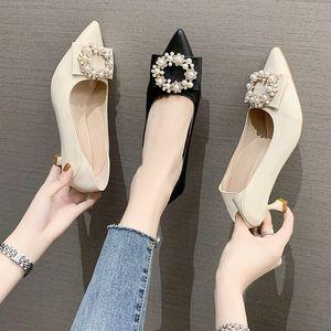 Black 5cm zapatos de diseño de tacones altos 2021 New Fashion Pearl Rhinestone Pozo puntiagudo zapato de cuero en stock envío gratis