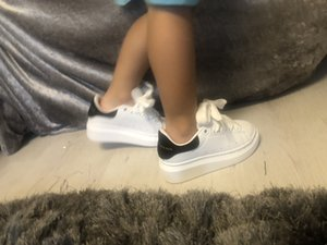 McQueen 2020 Kinder Velvet Black Kids Mädchen Chaussures Schuh Schöne Plattform-beiläufige Turnschuh-Luxus-Designer-Schuh-Leder Volltonfarben 24-35
