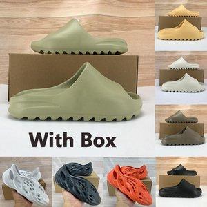 Box Kanye West пена бегун тапочки сандалии обувь мужчины женщины смола пустыня песок кость тройной черная копоть земля коричневых моды горки сандалии