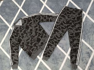 Diseñador para hombre mujeres chándales camuflaje Marca Letter Trajes de impresión chándal de lujo ocasionales de los deportes de 4 colores Chaqueta + Pant CE98204
