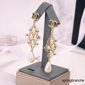 2020 Hollow Pearl серьги моды Позолоченные черные серьги Простые для женщин стержня уха линии Fine Jewelry 032102