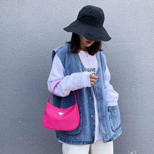 Las nuevas mujeres del diseñador de moda del color del caramelo del paquete Luna Bolsas para mujeres 2019 de alta calidad de nylon bolso Baguette Retro simple de la bolsa bandolera