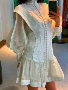 Ağır sanayinin, retro etek ile karşılaştırıldığında uzun kollu, bel ve vücut, beyaz standı yaka, fener ile Avustralya sonbahar elbise.
