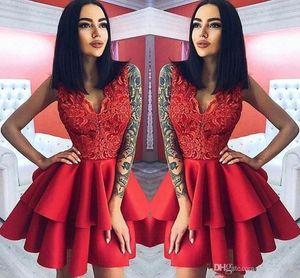 Couche Volants rouge courte robes de cocktail Une ligne col en V Top Appliques Longueur genou Homecoming Robes de bal robe de soirée