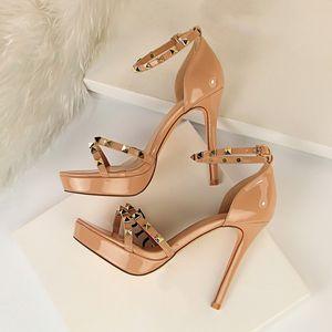 New Verão Platform Rivet sandálias Saltos altos Shoes tamanho grande 42 43 Heel Buckle Strap Sexy fina de salto alto Nude Sandália Y200620