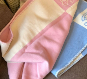 Nouvelle couverture en laine mélangée douce écharpe en laine chaude Portable Cartoon Petit motif cheval Couvertures Bleu Rose Couverture jaune pour le printemps Automne