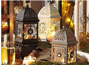 2020 heißen Verkauf Eisen im europäischen Stil Leuchter höhlte ländliche Retro Laterne Hochzeit Laterne Kerzendekorationen Kreative Leuchter