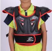 The new children's motorcyclist is equipped with off-road helmets, shatter-resistant suits, racing protection, chest protection