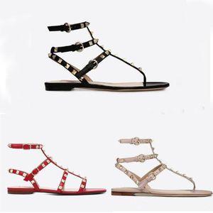 2020 로마 스타일의 고급 평면 슬리퍼 디자이너 샌들 가죽 여성 리벳 샌들 하이 엔드 럭셔리 가죽 여성의 신발 정품 42 EUR