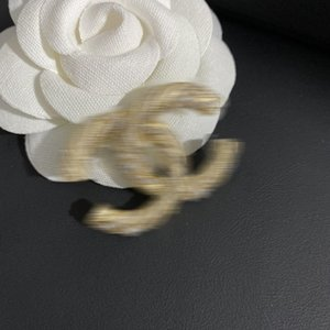 Have stamps Explosive luxury designer brooch Lady pearl brooch fashion high quality letter CC new has the logo free shipping
